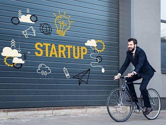 StartUop Mitarbeiter auf Fahrrad